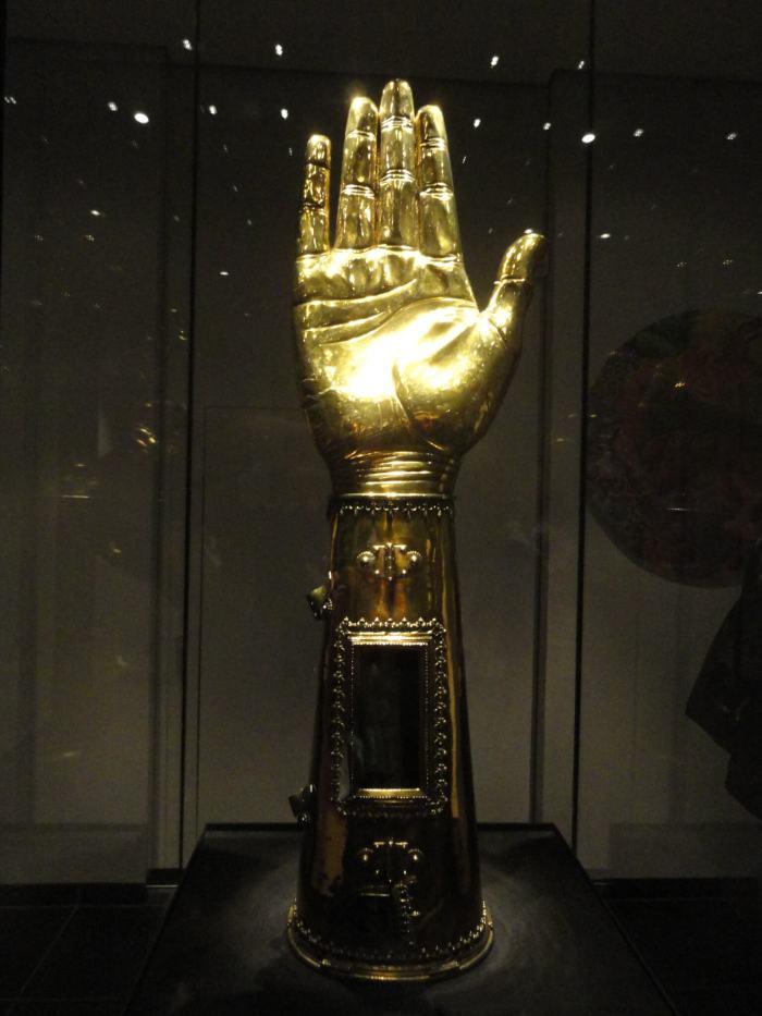 Opgeheven gouden hand met armbot van Karel de Grote