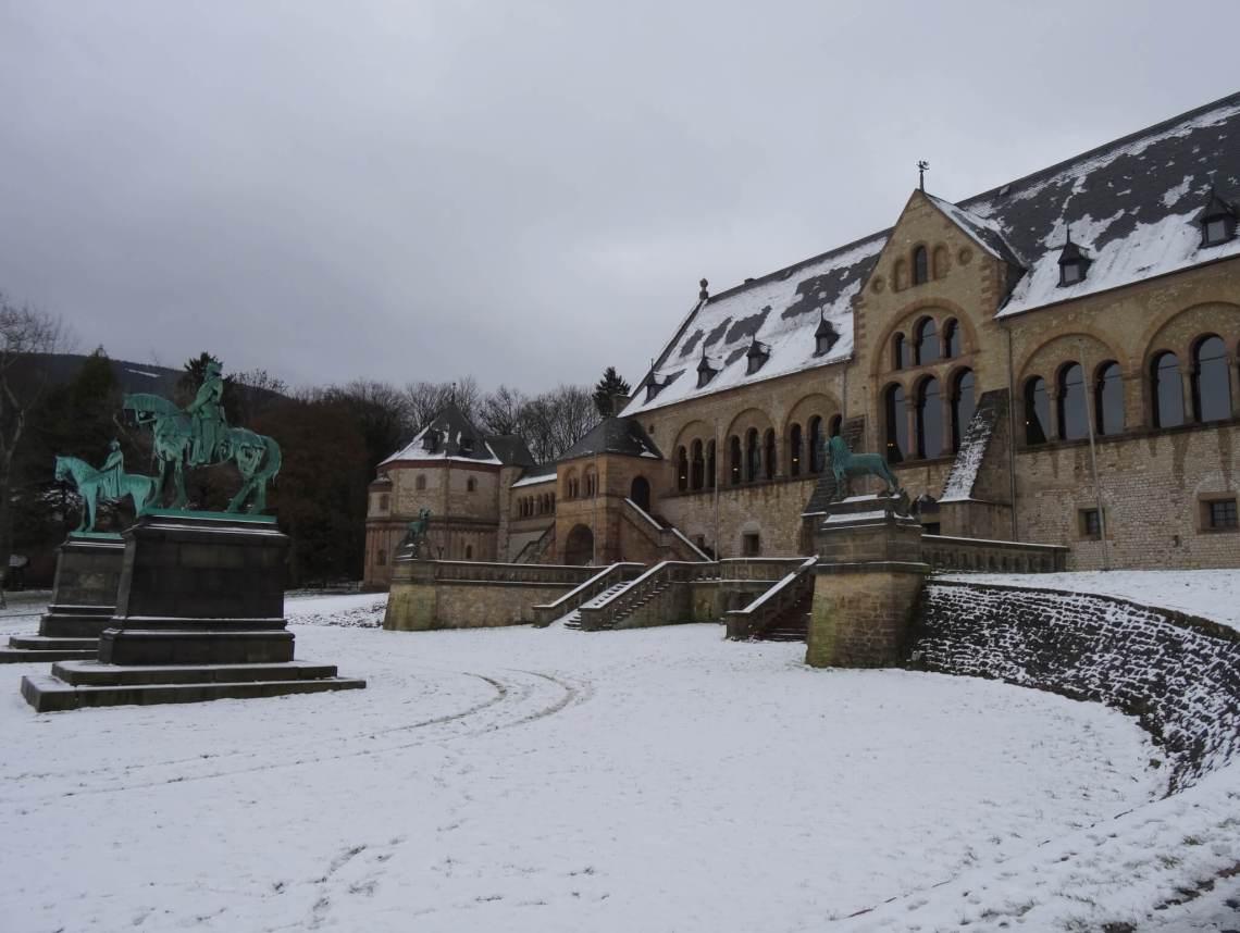 De keizerpalts en twee ruiterbeelden in de sneeuw