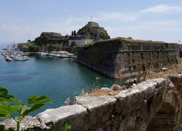 Het oude fort bewaakt de haven van de oude stad Corfu