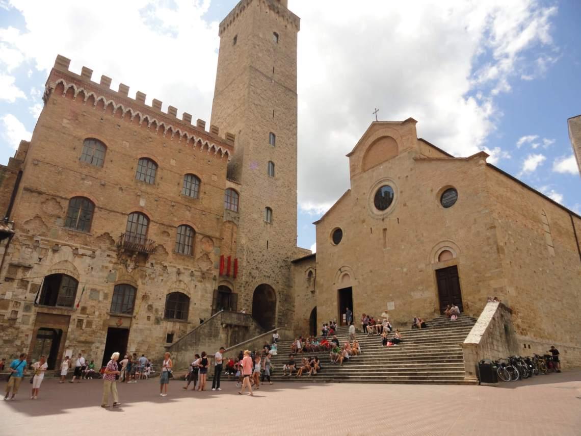 Gemeentehuis met kantelen geflankeerd door torenhuis en kerk