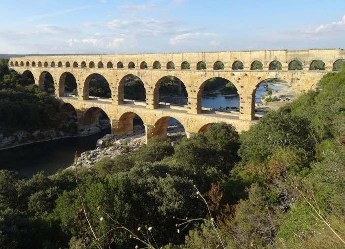 Pont du Gard badend in het zonlicht