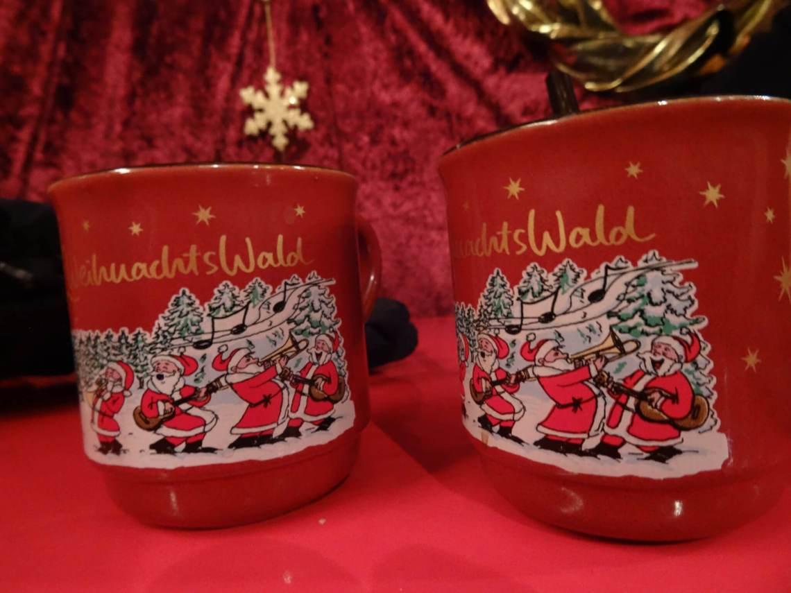 Rode kopjes Glühwein in kerstsetting