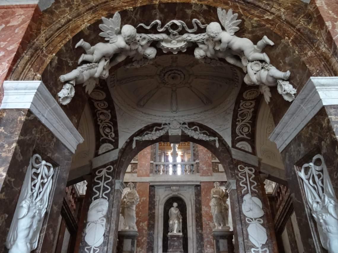 Marmeren engelen boven entree Drottningholm heten bezoekers welkom