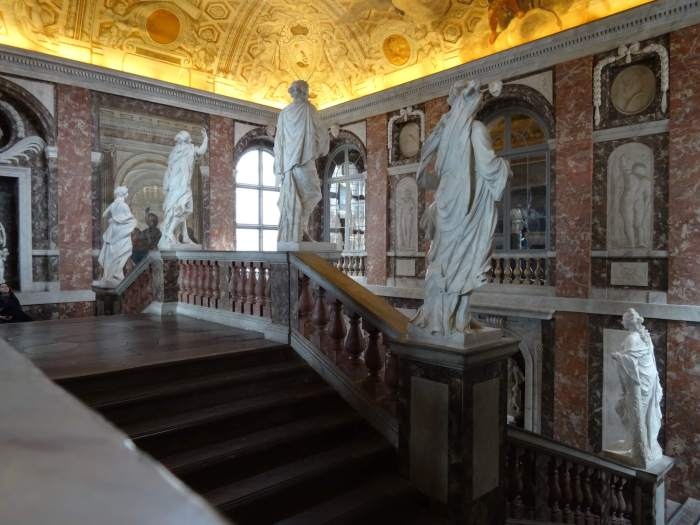 Het trappenhuis in paleis Drottningholm bestaat uit schitterende beelden en rood-wit marmer