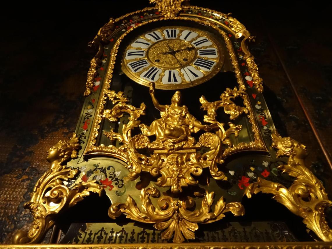 Rijk gedecoreerde en vergulde klok