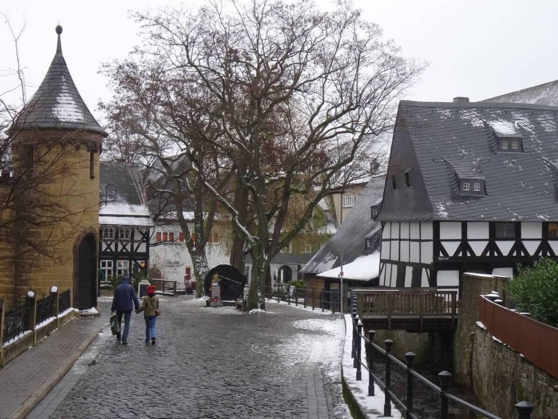 Kasteeltoren en vakwerkhuizen in de sneeuw in Goslar