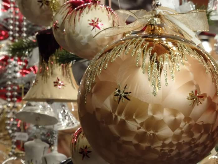 Goudkleurige kerstballen en klokken