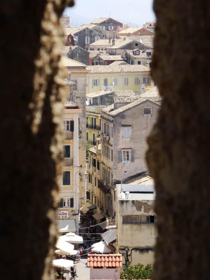 Doorkijkje van het nieuwe fort naar de oude stad van Corfu