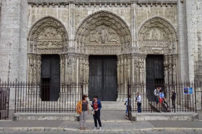 Hoofdingang met drie portalen van de kathedraal in Chartres