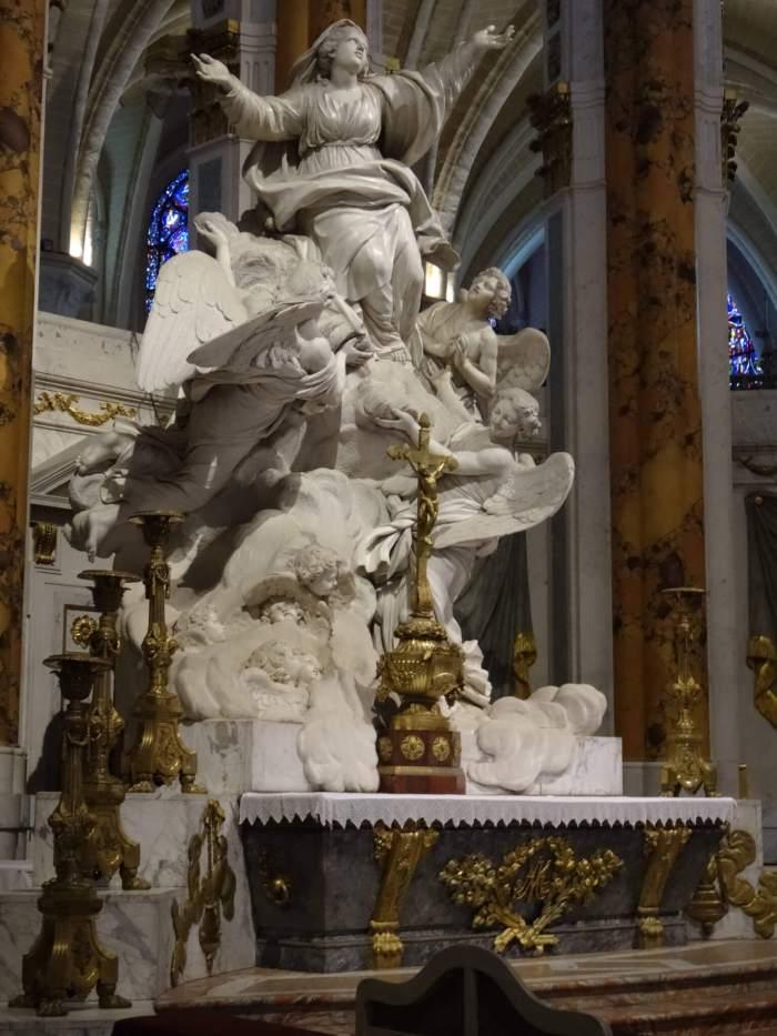 Een sculptuur van Maria's hemelvaart in de kathedraal van Chartres