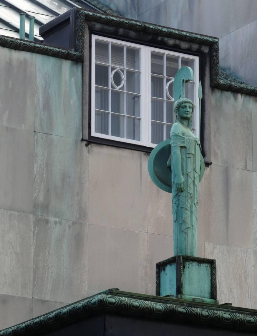 Groen uitgeslagen beeld van godin AthenaStocletpaleis