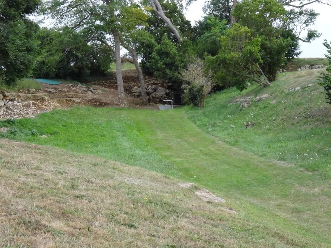 De grot van Altamira verscholen tussen een aantal bomen