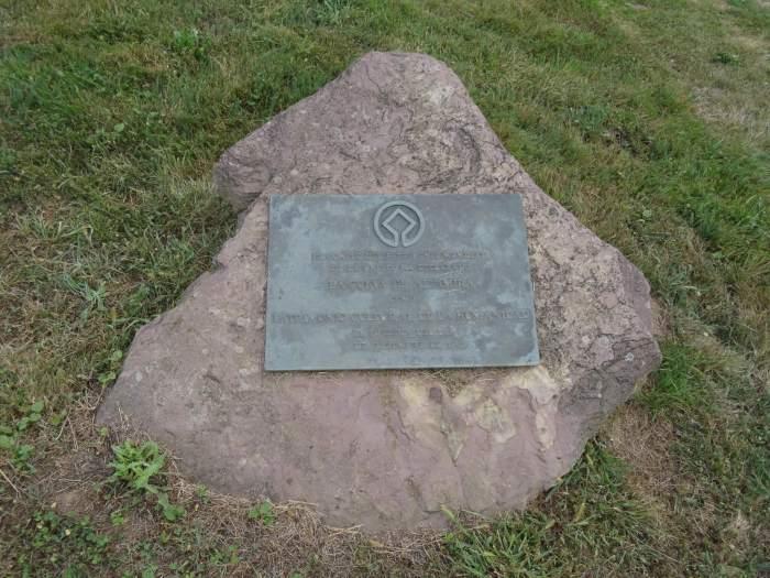 Unesco's onderscheidingsteken op een steen bij Altamira grot