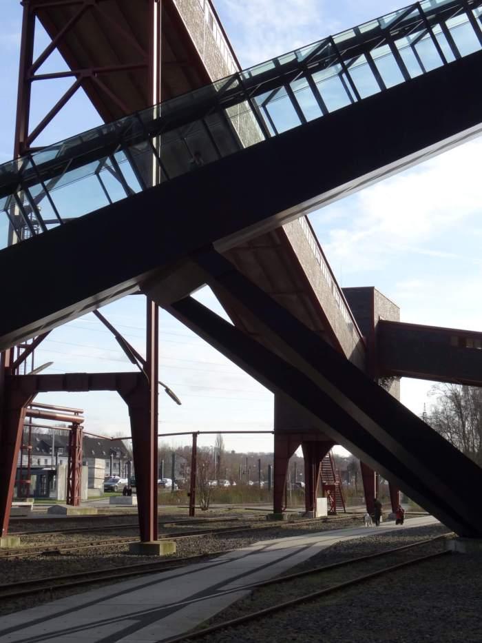De verschillende liften lopen door elkaar en vormen een mooi lijnenspel in Zollverein