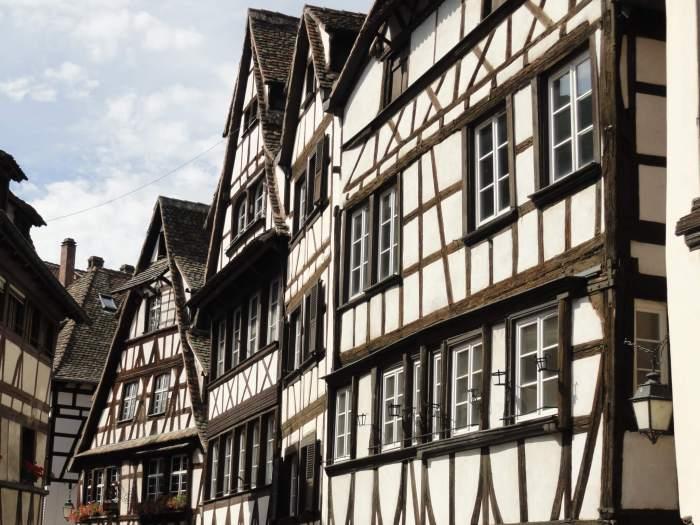 Oude, witte, scheefgezakte vakwerkhuizen in Straatsburg