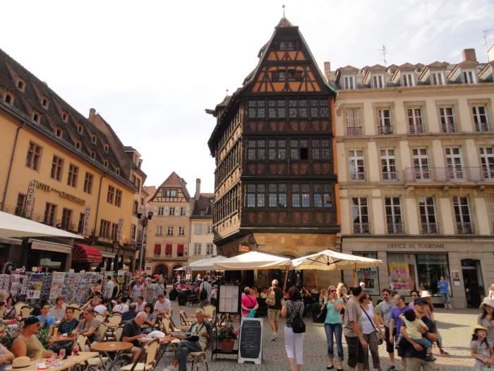Maison Kammerzell met terrassen op de voorgrond