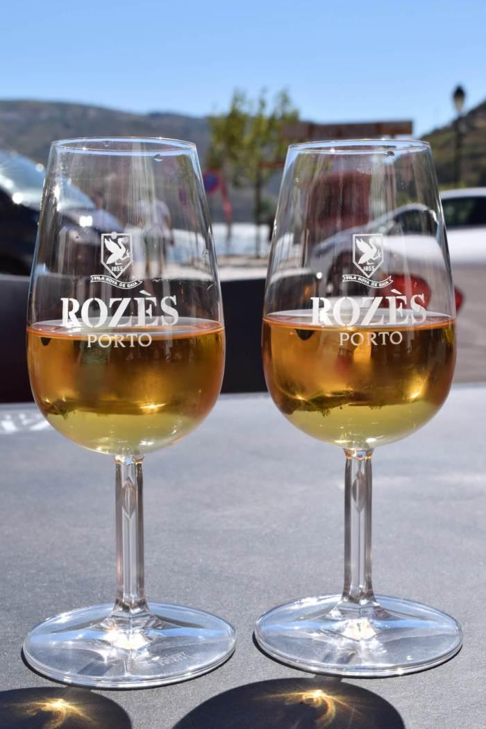 Glaasjes met witte port in een amberkleurige tint