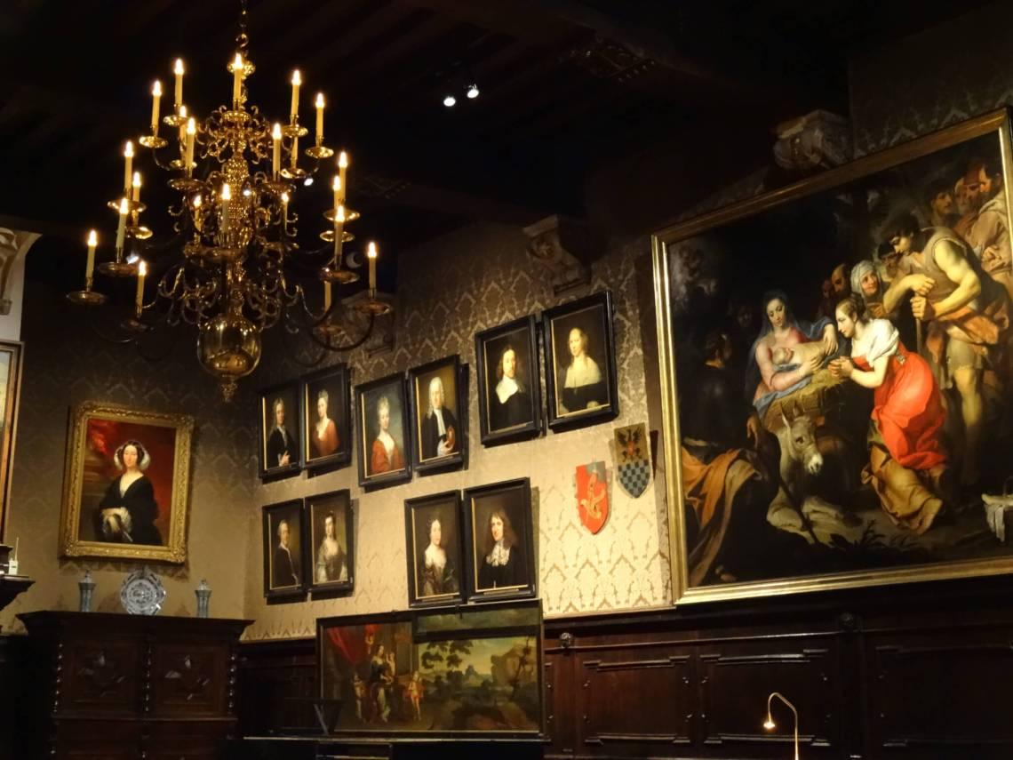 Schilderijen sieren de muur in Plantin Moretus museum