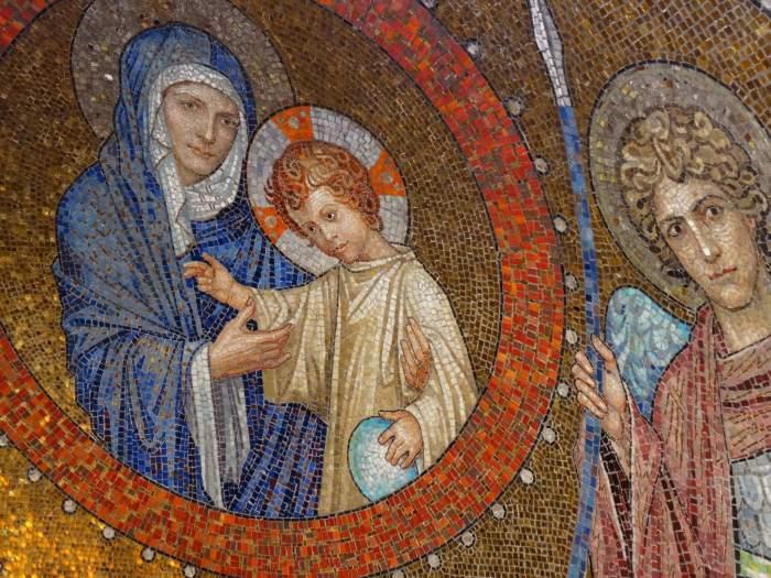 Mozaïek van moeder Maria en kindje Jezus in kerk Hildesheim