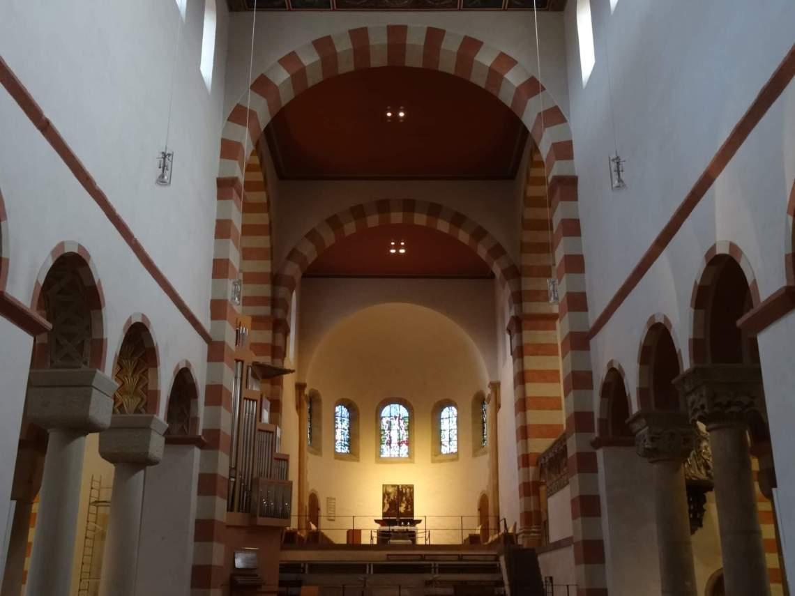 De heilige rood witte kleuren van het interieur in St. Michaëlkerk in Hildesheim