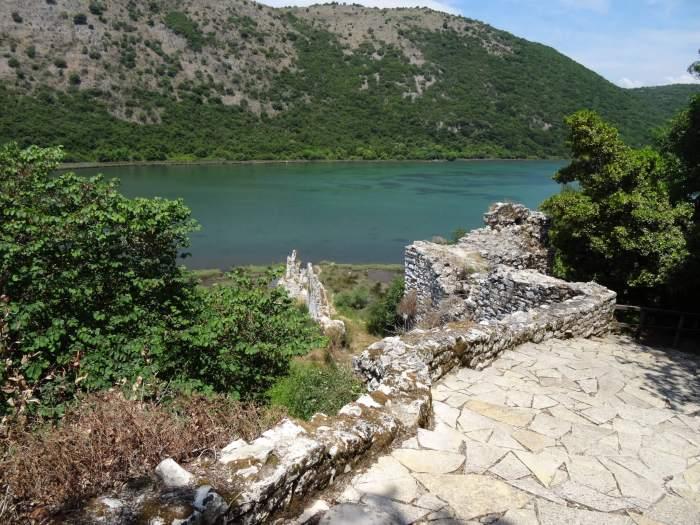 Zich op het meer van Butrint vanaf stadsmuur