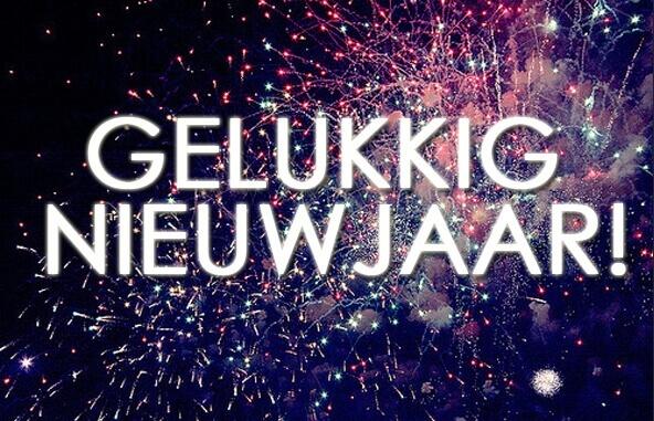 Tekst gelukkig nieuwjaar met vuurwerk op de achtergrond