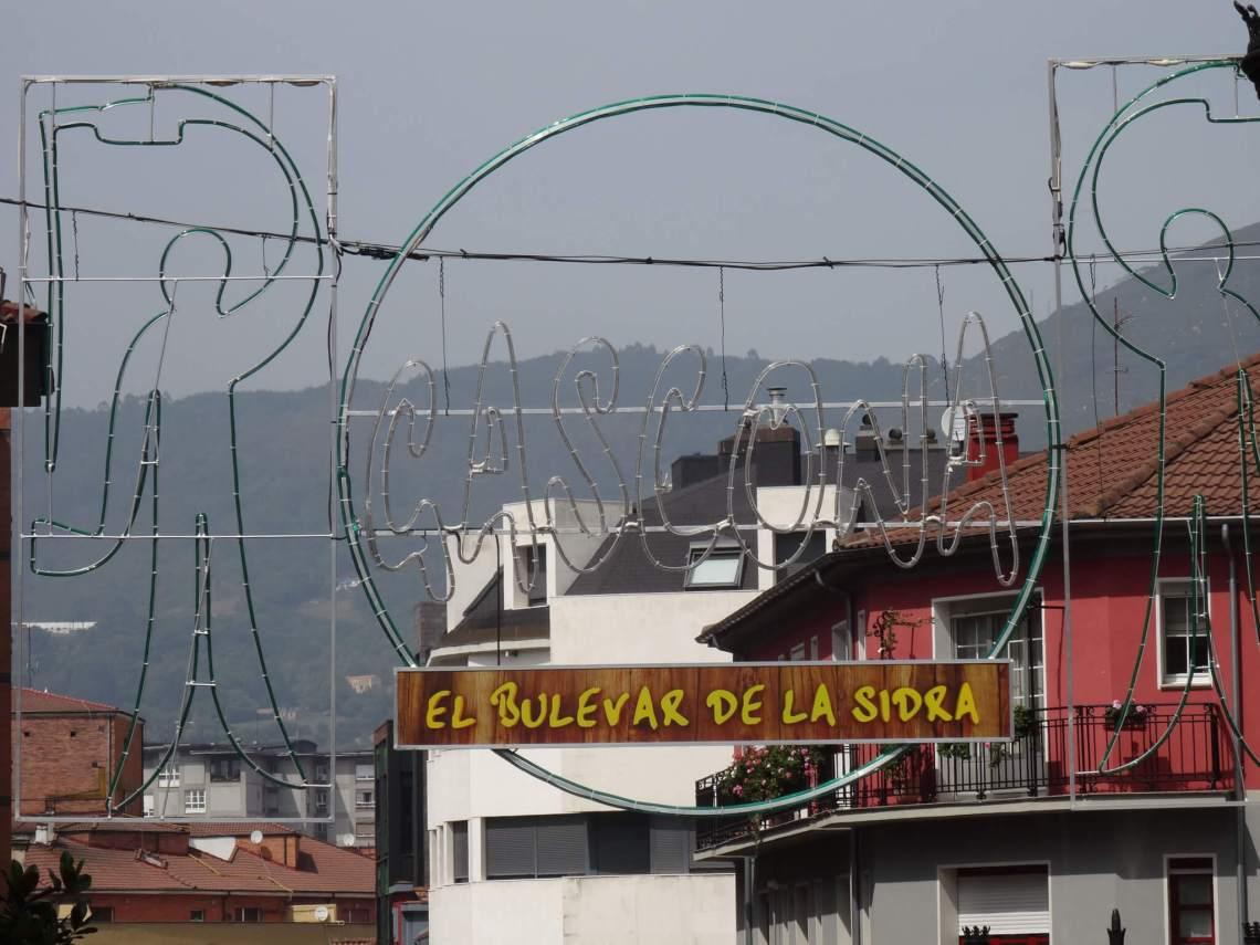 Reclamebord en neonverlichting dat aangeven waar zich El bulevar de la sidra bevindt