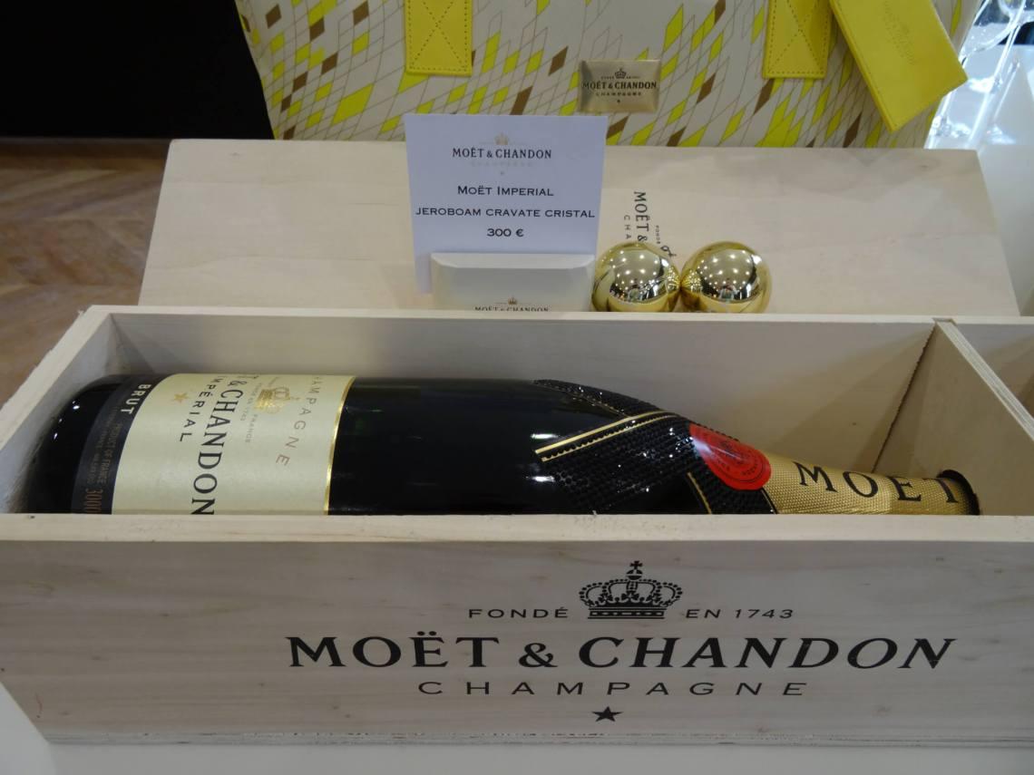 Houten kist gevuld met dure fles Moët champagne