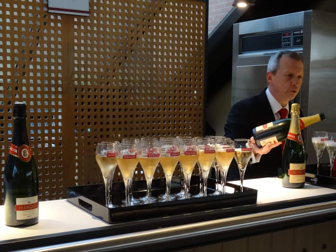 Kelner schenkt champagne in glazen