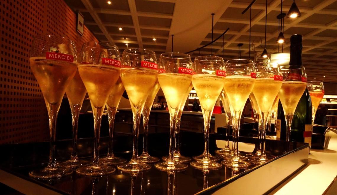 Volle champagneglazen
