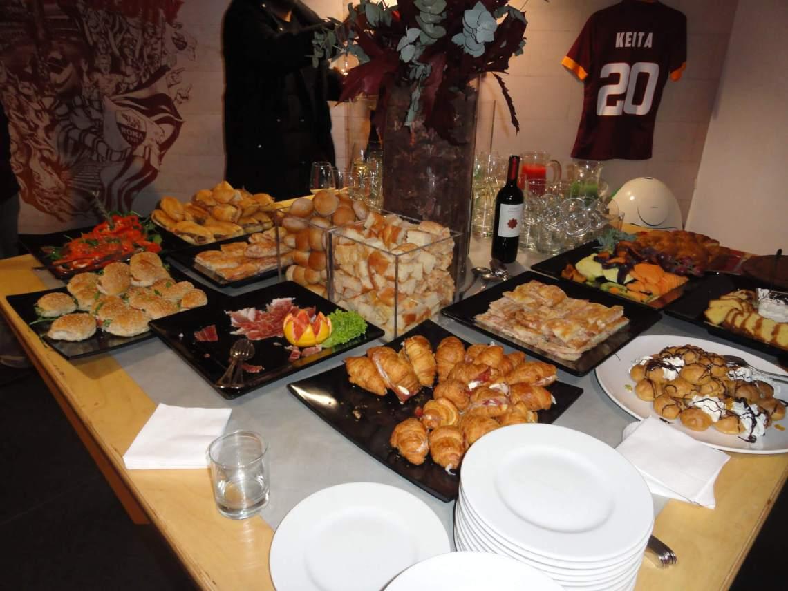 Tafel vol eten in stadion AS Roma