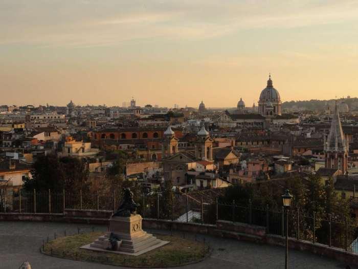 Skyline van Rome in rood-wit avondlicht