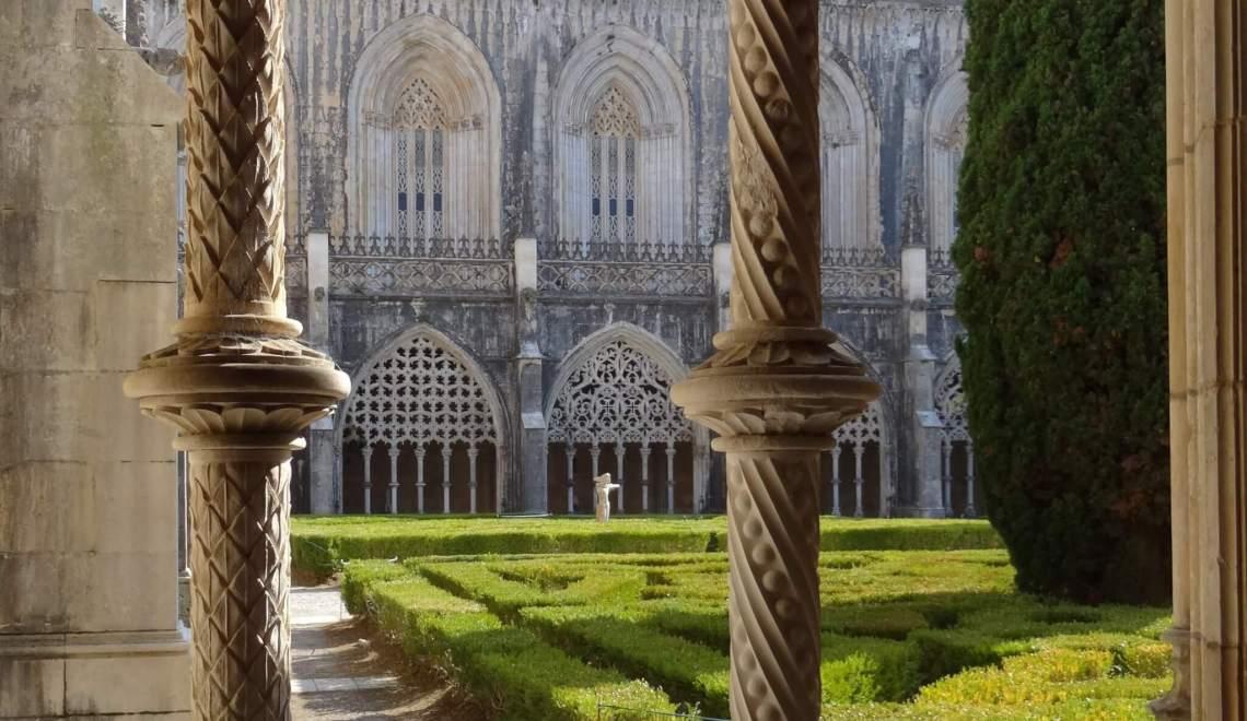 Blad en spiraalvormige motieven op pilaren omsluiten binnentuin