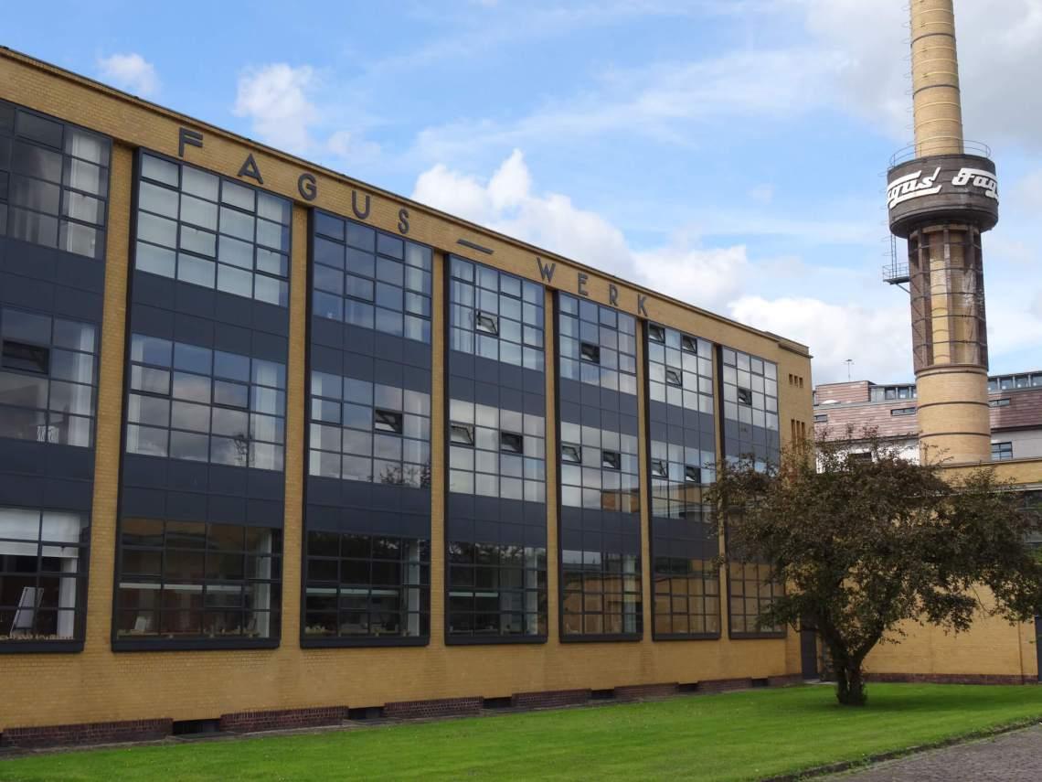 Glazen wand van de Fagusfabriek met deel van schoorsteen