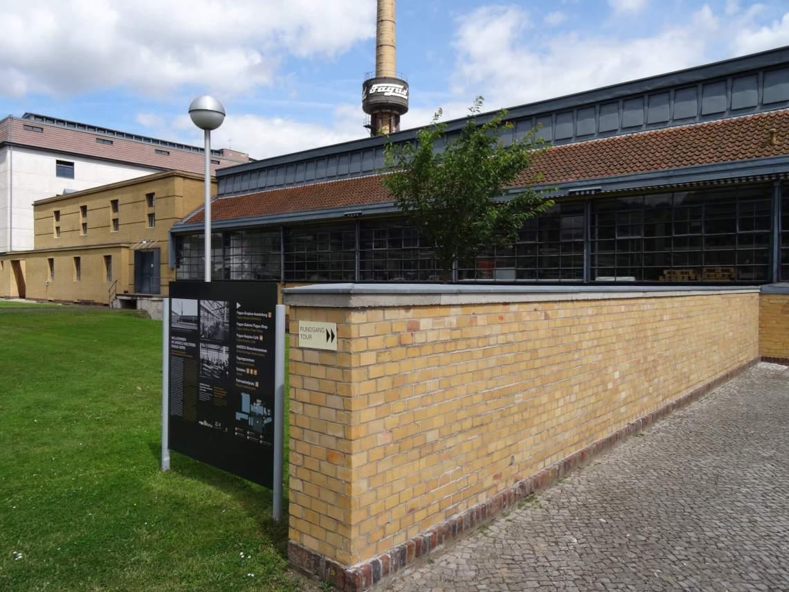 Bakstenen muur met grote, glazen wanden van Fagusfabriek