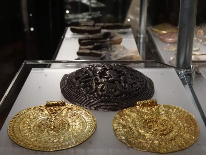 Door Vikigen bewerkte broches die werden gebruikt om de mantel vast te zetten