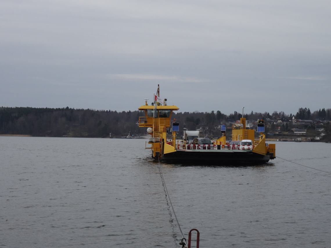 Veerboot op het water die via een lijn naar de overkant vaart