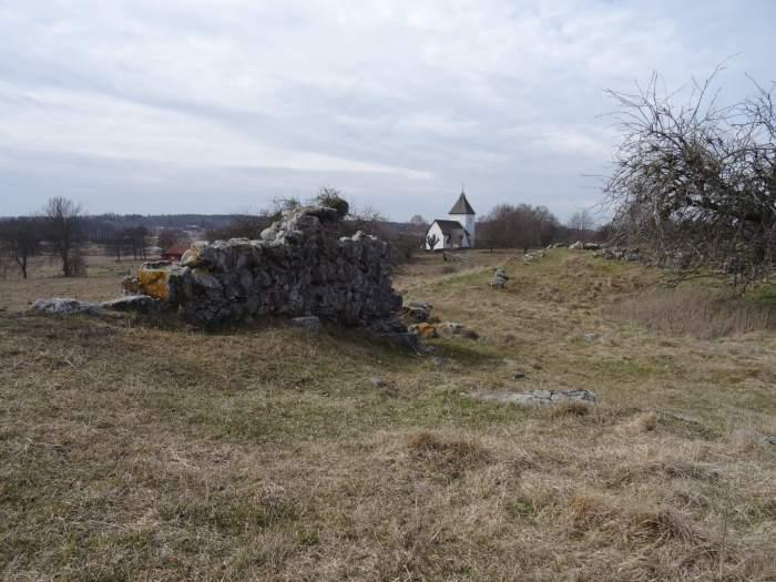 Resten van oude Vikingburcht op eiland Hovgården