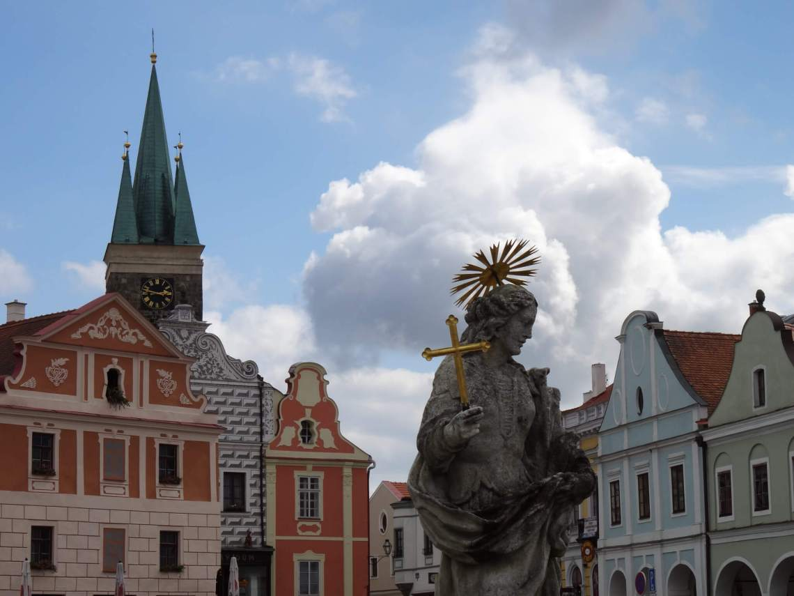 Kleurrijke Renaissance gevels, Mariabeeld en klokkentoren in Telč