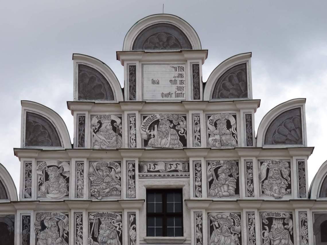 Grijswitte, renaissance gevel met sgraffito van belangrijke figuren