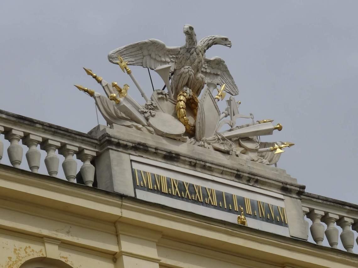 Tweekoppige, keizerlijke adelaar op het dak van paleis Schönbrunn