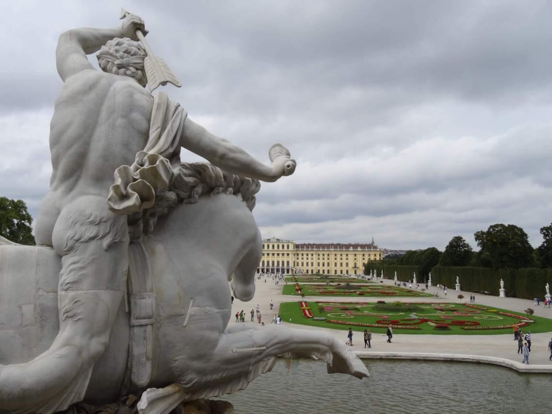 Naakte ruiter op zeepaard in paleistuin Schönbrunn