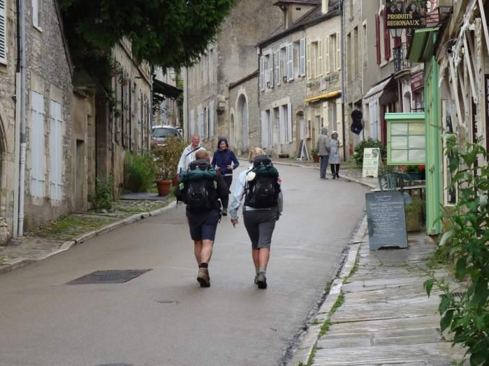 Wandelende pelgrims onderweg naar heuveltop Vézelay