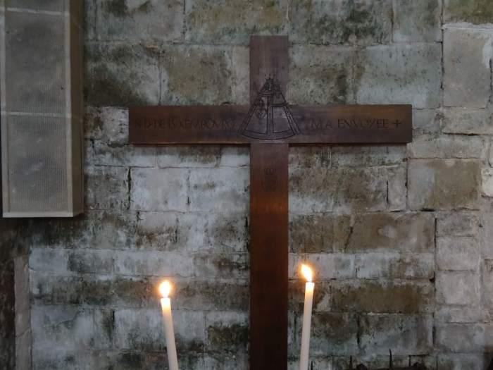 Een houten kruis wat door bedevaartgangers is achtergelaten in de basiliek van Vézelay
