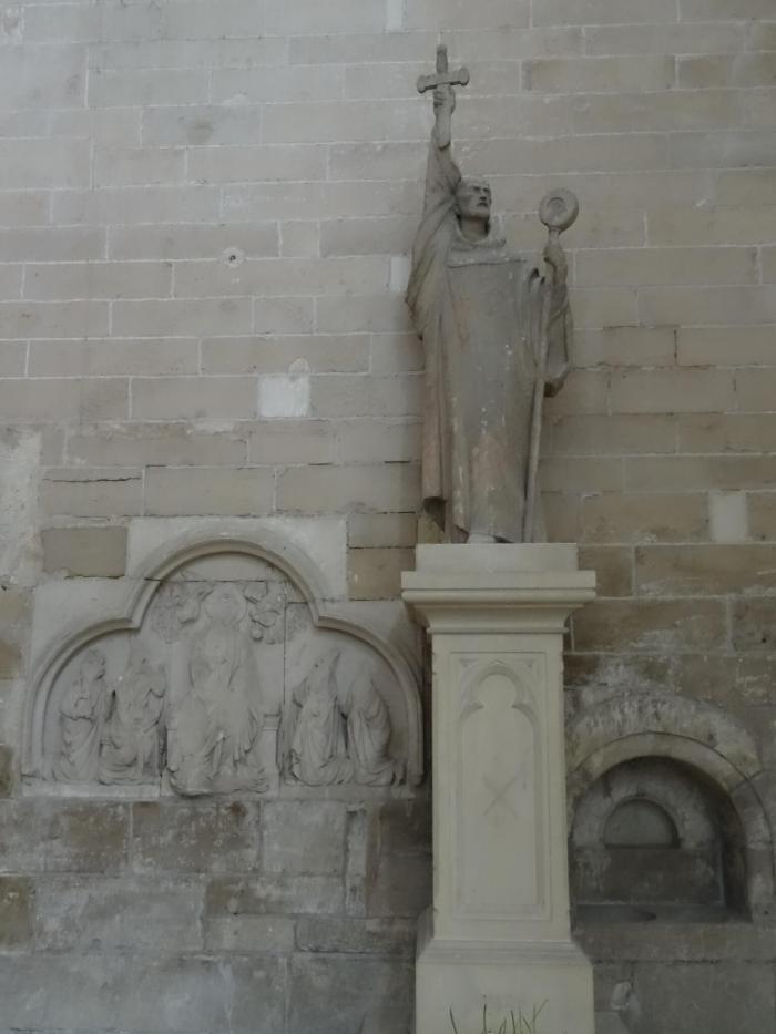 Beeld van Bernard van Clairveaux die een kruis omhoog houdt