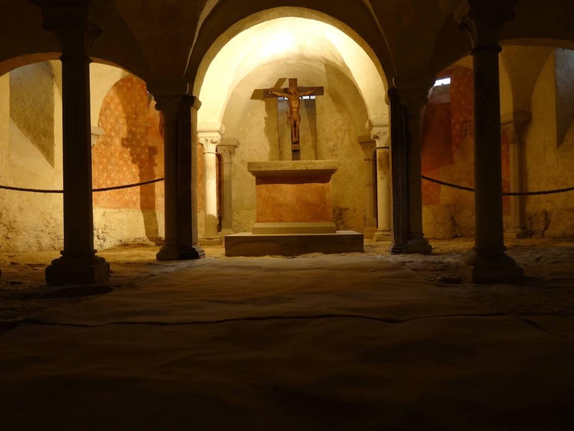 Gekruisigde Jezus in door pilaren ondersteunde crypte