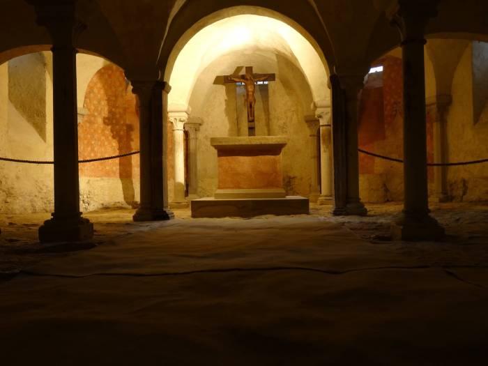 Het kruis van Jezus staande in de crypte van kloosterkerk Vézelay