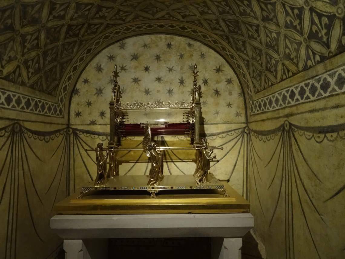 Gouden reliekschrijn van Maria Magdalena wat door 4 engelen wordt vastgehouden
