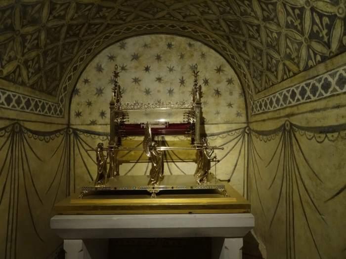 Gouden reliekschrijn van Maria Magdalena in de crypte van kloosterkerk Vézelay