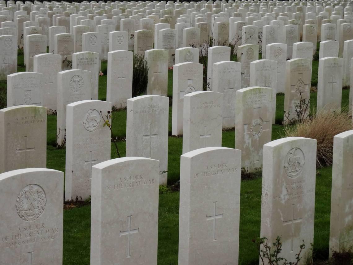 Rijen witte grafstenen op begraafplaats Tyne Cot, Ieper